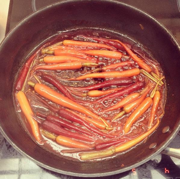 Carottes fanes glacées dans du beurre et du jus d'orange préssé