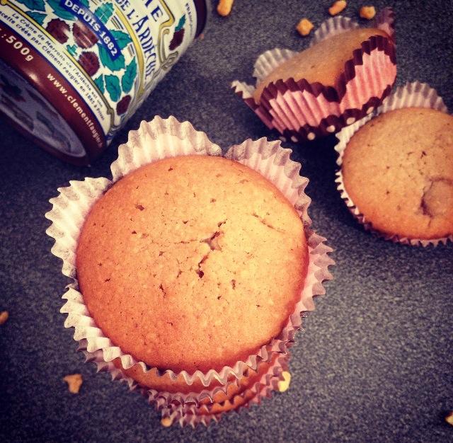 Muffins marrons, chocolat et noisettes